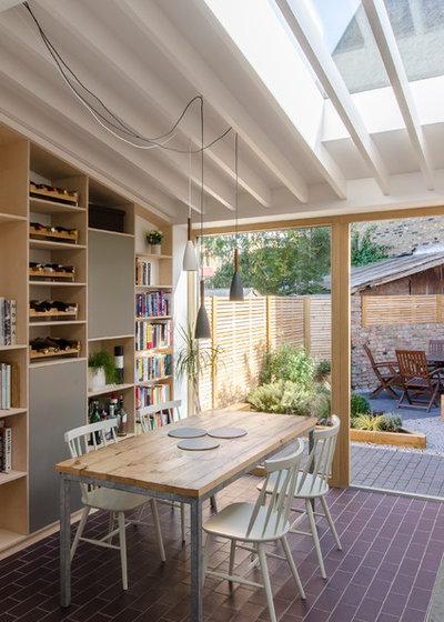 Modern Kitchen by R2 Studio Architects