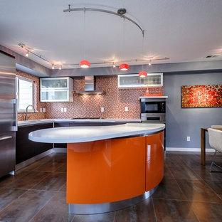 На фото: угловые кухни среднего размера в современном стиле с обеденным столом, плоскими фасадами, черными фасадами, оранжевым фартуком, фартуком из плитки мозаики, техникой из нержавеющей стали, столешницей из кварцевого композита и островом