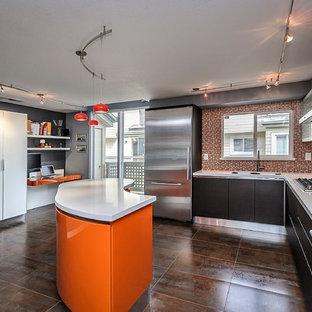 サンフランシスコの中くらいのコンテンポラリースタイルのおしゃれなキッチン (フラットパネル扉のキャビネット、濃色木目調キャビネット、オレンジのキッチンパネル、モザイクタイルのキッチンパネル、シルバーの調理設備、一体型シンク、クオーツストーンカウンター) の写真
