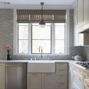 サンフランシスコの中くらいのエクレクティックスタイルのおしゃれなキッチン (エプロンフロントシンク、シェーカースタイル扉のキャビネット、グレーのキャビネット、珪岩カウンター、グレーのキッチンパネル、セラミックタイルのキッチンパネル、シルバーの調理設備、無垢フローリング、アイランドなし、グレーのキッチンカウンター) の写真