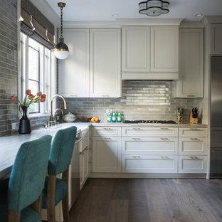 サンフランシスコの中サイズのエクレクティックスタイルのおしゃれなキッチン (エプロンフロントシンク、シェーカースタイル扉のキャビネット、グレーのキャビネット、珪岩カウンター、グレーのキッチンパネル、セラミックタイルのキッチンパネル、シルバーの調理設備の、無垢フローリング、アイランドなし、グレーのキッチンカウンター) の写真