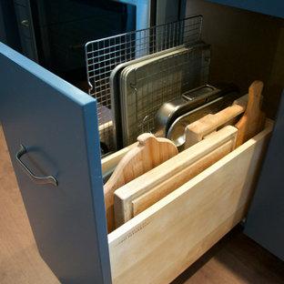 Идея дизайна: угловая кухня среднего размера в стиле фьюжн с обеденным столом, врезной раковиной, плоскими фасадами, синими фасадами, столешницей из меди, серым фартуком, фартуком из мрамора, паркетным полом среднего тона, полуостровом и коричневым полом