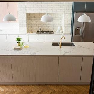 Esempio di un'ampia cucina scandinava con lavello integrato, ante a filo, ante grigie, top in marmo, paraspruzzi bianco, paraspruzzi con piastrelle diamantate, elettrodomestici in acciaio inossidabile, pavimento in legno massello medio e top bianco