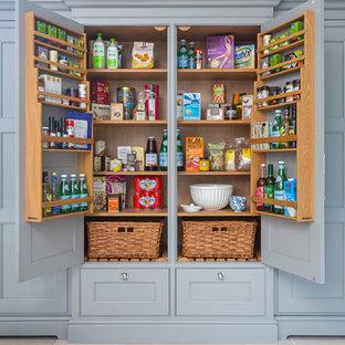 Geräumige Landhaus Küche mit flächenbündigen Schrankfronten, grauen Schränken, Granit-Arbeitsplatte, Kalkstein und Vorratsschrank in Hampshire