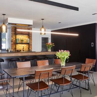 ロンドンのトランジショナルスタイルのおしゃれなキッチン (レンガのキッチンパネル、グレーの床) の写真