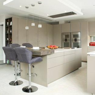 Idee per una cucina ad U contemporanea con ante lisce, ante marroni, paraspruzzi a specchio, elettrodomestici in acciaio inossidabile, isola, pavimento bianco e top bianco