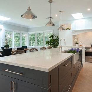 タウンズビルの巨大なヴィクトリアン調のおしゃれなキッチン (エプロンフロントシンク、シェーカースタイル扉のキャビネット、白いキャビネット、クオーツストーンカウンター、白いキッチンパネル、大理石の床、シルバーの調理設備の、淡色無垢フローリング、白いキッチンカウンター) の写真