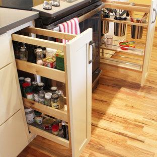 ボイシの中サイズのサンタフェスタイルのおしゃれなキッチン (アンダーカウンターシンク、シェーカースタイル扉のキャビネット、ベージュのキャビネット、クオーツストーンカウンター、グレーのキッチンパネル、サブウェイタイルのキッチンパネル、無垢フローリング、グレーのキッチンカウンター) の写真