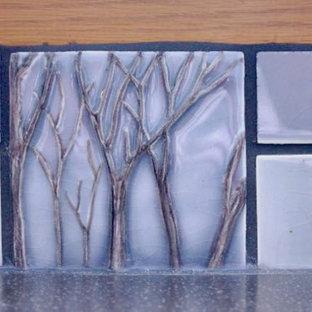 Modelo de cocina clásica, pequeña, con salpicadero azul y salpicadero de azulejos de cerámica