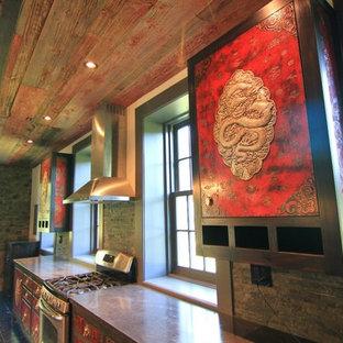 ロサンゼルスの広いアジアンスタイルのおしゃれなキッチン (エプロンフロントシンク、赤いキャビネット、コンクリートカウンター、グレーのキッチンパネル、シルバーの調理設備、濃色無垢フローリング) の写真