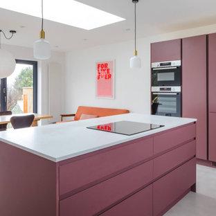 Свежая идея для дизайна: угловая кухня среднего размера в современном стиле с обеденным столом, накладной раковиной, плоскими фасадами, фиолетовыми фасадами, столешницей из кварцита, белым фартуком, бетонным полом, островом, серым полом и белой столешницей - отличное фото интерьера