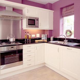 Klassische Küche mit Schrankfronten im Shaker-Stil, weißen Schränken, Küchenrückwand in Metallic und Rückwand aus Metallfliesen in West Midlands