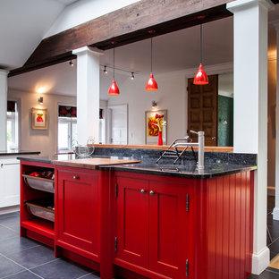 Große, Geschlossene Landhaus Küche mit Unterbauwaschbecken, Schrankfronten im Shaker-Stil, roten Schränken, Granit-Arbeitsplatte, Rückwand aus Keramikfliesen, Küchengeräten aus Edelstahl, Keramikboden und Kücheninsel in Hertfordshire