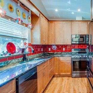 タンパのエクレクティックスタイルのおしゃれなキッチン (アンダーカウンターシンク、シェーカースタイル扉のキャビネット、中間色木目調キャビネット、御影石カウンター、赤いキッチンパネル、セラミックタイルのキッチンパネル、シルバーの調理設備の、アイランドなし、ベージュの床、マルチカラーのキッチンカウンター) の写真