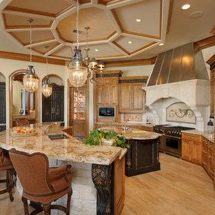 Diseño de cocina mediterránea con fregadero de doble seno, armarios con paneles con relieve y puertas de armario de madera oscura