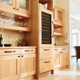 Неиссякаемый источник вдохновения для домашнего уюта: линейная кухня среднего размера в стиле кантри с обеденным столом, накладной раковиной, фасадами с филенкой типа жалюзи, светлыми деревянными фасадами, столешницей из дерева и полом из керамической плитки