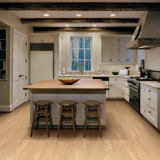 Inspiration för ett mellanstort rustikt kök, med skåp i shakerstil, vita skåp, kaklad bänkskiva, beige stänkskydd, stänkskydd i keramik, rostfria vitvaror, ljust trägolv och en köksö