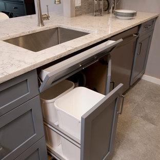 ボストンの小さいトランジショナルスタイルのおしゃれなキッチン (アンダーカウンターシンク、シェーカースタイル扉のキャビネット、青いキャビネット、クオーツストーンカウンター、マルチカラーのキッチンパネル、モザイクタイルのキッチンパネル、シルバーの調理設備、磁器タイルの床) の写真
