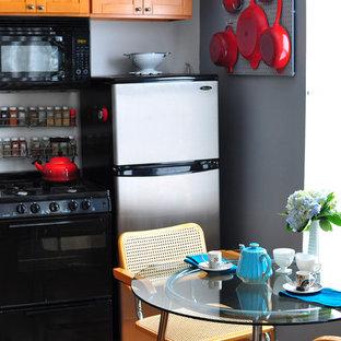 Einzeilige Stilmix Wohnküche mit Schrankfronten im Shaker-Stil, hellbraunen Holzschränken und Küchengeräten aus Edelstahl in New York