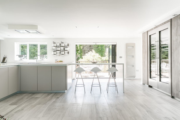 Contemporary Kitchen by L'una Design and Kitchens by L'una