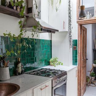 Diseño de cocina en L, bohemia, pequeña, cerrada, sin isla, con fregadero integrado, armarios estilo shaker, puertas de armario blancas, encimera de mármol, salpicadero gris, salpicadero de azulejos de cerámica, electrodomésticos con paneles, suelo de azulejos de cemento y suelo blanco