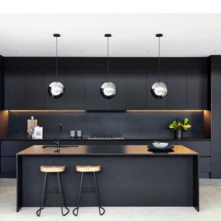 Zweizeilige, Große Moderne Küche ohne Insel mit Unterbauwaschbecken, flächenbündigen Schrankfronten, schwarzen Schränken, Betonboden, grauem Boden, schwarzer Arbeitsplatte, Vorratsschrank, Quarzwerkstein-Arbeitsplatte, Küchenrückwand in Schwarz, Rückwand aus Stein und Küchengeräten aus Edelstahl in Sydney