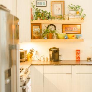 Offene, Mittelgroße Moderne Küche in L-Form mit Doppelwaschbecken, flächenbündigen Schrankfronten, weißen Schränken, Arbeitsplatte aus Fliesen, Küchenrückwand in Blau, Rückwand aus Keramikfliesen, Küchengeräten aus Edelstahl, braunem Holzboden, Kücheninsel, rotem Boden und brauner Arbeitsplatte in Sonstige