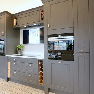 Idéer för ett litet industriellt linjärt kök med öppen planlösning, med skåp i shakerstil, grå skåp, bänkskiva i kvartsit, vitt stänkskydd, rostfria vitvaror och målat trägolv