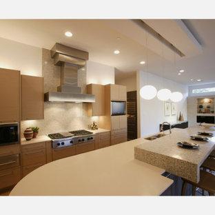 Foto di una grande cucina minimalista con lavello a doppia vasca, ante lisce, ante in legno chiaro, top alla veneziana, paraspruzzi multicolore, paraspruzzi con piastrelle in ceramica, elettrodomestici in acciaio inossidabile, parquet chiaro, isola, pavimento beige e top bianco