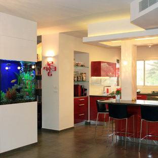 Moderne Küche mit flächenbündigen Schrankfronten und roten Schränken in Tel Aviv