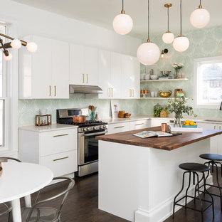 Ispirazione per una cucina a L minimal con lavello sottopiano, ante lisce, ante bianche, top in legno, elettrodomestici in acciaio inossidabile, parquet scuro, isola e pavimento marrone