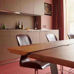 アムステルダムのエクレクティックスタイルのおしゃれなダイニングキッチン (フラットパネル扉のキャビネット、茶色いキャビネット、カーペット敷き) の写真