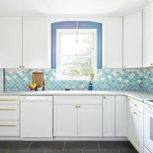フィラデルフィアの大きいエクレクティックスタイルのおしゃれな独立型キッチン (ドロップインシンク、シェーカースタイル扉のキャビネット、白いキャビネット、大理石カウンター、青いキッチンパネル、セラミックタイルのキッチンパネル、白い調理設備、スレートの床、アイランドなし) の写真