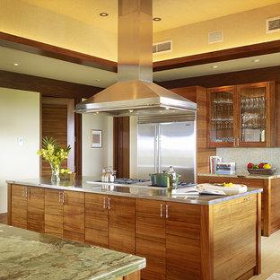 Kolonialstil Küche mit flächenbündigen Schrankfronten und Küchengeräten aus Edelstahl in Hawaii