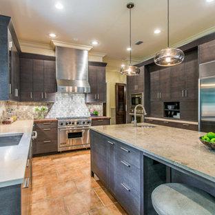 ジャクソンビルの広いトランジショナルスタイルのおしゃれなアイランドキッチン (ドロップインシンク、フラットパネル扉のキャビネット、濃色木目調キャビネット、テラコッタタイルのキッチンパネル、シルバーの調理設備、セラミックタイルの床) の写真