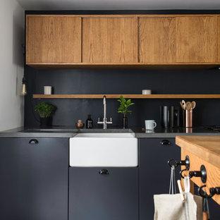 Idéer för ett modernt grå linjärt kök och matrum, med en rustik diskho, släta luckor, skåp i mellenmörkt trä, bänkskiva i betong, grått stänkskydd, tegelgolv, en köksö och grått golv