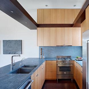 Moderne Küche in U-Form mit Doppelwaschbecken, flächenbündigen Schrankfronten, Küchengeräten aus Edelstahl, Rückwand aus Stein, hellen Holzschränken und blauer Arbeitsplatte in San Francisco