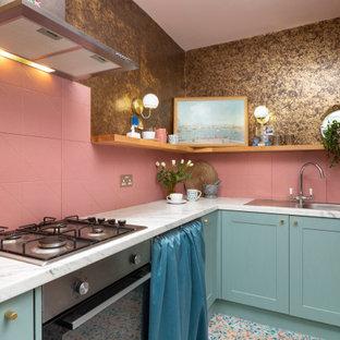 エディンバラの小さいエクレクティックスタイルのおしゃれなキッチン (シングルシンク、シェーカースタイル扉のキャビネット、青いキャビネット、ラミネートカウンター、ピンクのキッチンパネル、セラミックタイルのキッチンパネル、シルバーの調理設備の、クッションフロア、アイランドなし、マルチカラーの床、グレーのキッチンカウンター) の写真