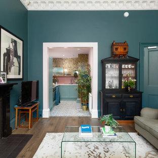 エディンバラの小さいエクレクティックスタイルのおしゃれなキッチン (シングルシンク、シェーカースタイル扉のキャビネット、青いキャビネット、ラミネートカウンター、ピンクのキッチンパネル、セラミックタイルのキッチンパネル、シルバーの調理設備、クッションフロア、アイランドなし、マルチカラーの床、グレーのキッチンカウンター) の写真