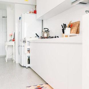 シンガポールの中サイズのヴィクトリアン調のおしゃれなキッチン (ドロップインシンク、フラットパネル扉のキャビネット、白いキャビネット、クオーツストーンカウンター、白いキッチンパネル、磁器タイルの床) の写真