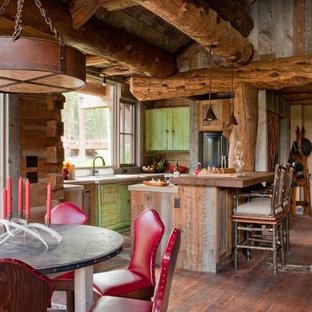 Foto de cocina comedor rústica con puertas de armario con efecto envejecido y encimera de madera