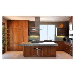 Idee per una cucina moderna di medie dimensioni con lavello sottopiano, ante in stile shaker, ante in legno scuro, top alla veneziana, paraspruzzi grigio, paraspruzzi con piastrelle a listelli, elettrodomestici da incasso, pavimento con piastrelle in ceramica, isola e pavimento beige