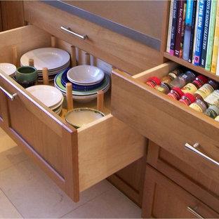 サンディエゴの中サイズのミッドセンチュリースタイルのおしゃれなキッチン (アンダーカウンターシンク、シェーカースタイル扉のキャビネット、中間色木目調キャビネット、テラゾカウンター、グレーのキッチンパネル、ボーダータイルのキッチンパネル、パネルと同色の調理設備、セラミックタイルの床、ベージュの床) の写真