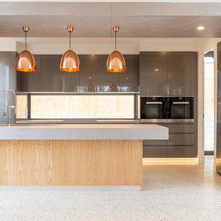 Zweizeilige, Große Moderne Wohnküche mit grauen Schränken, Rückwand-Fenster, bunten Elektrogeräten, Terrazzo-Boden, Kücheninsel und beiger Arbeitsplatte in Melbourne