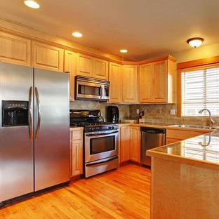 Inspiration för mellanstora klassiska kök, med en dubbel diskho, luckor med upphöjd panel, skåp i mellenmörkt trä, kaklad bänkskiva, beige stänkskydd, stänkskydd i stenkakel, rostfria vitvaror, mellanmörkt trägolv, en halv köksö och brunt golv