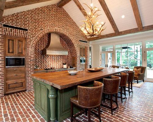 Cuisine avec un plan de travail en bois et un sol en brique photos et id es d co de cuisines for Cuisine brique rouge