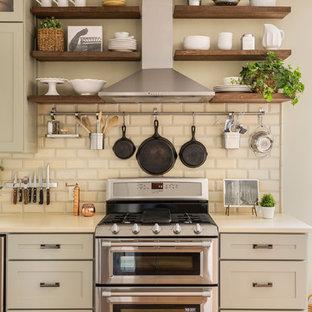 リトルロックの中サイズのエクレクティックスタイルのおしゃれなI型キッチン (エプロンフロントシンク、シェーカースタイル扉のキャビネット、グレーのキャビネット、珪岩カウンター、ベージュキッチンパネル、テラコッタタイルのキッチンパネル、シルバーの調理設備の、無垢フローリング、アイランドなし) の写真