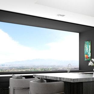 Idéer för ett mellanstort modernt kök, med en trippel diskho, släta luckor, skåp i mörkt trä, marmorbänkskiva, svart stänkskydd, glaspanel som stänkskydd, svarta vitvaror, travertin golv och en köksö