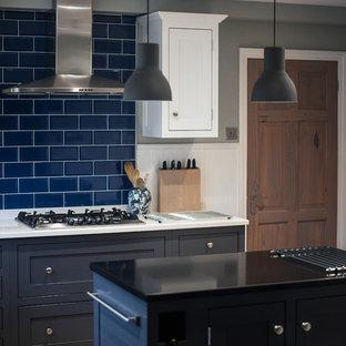 На фото: маленькая кухня в классическом стиле с островом с