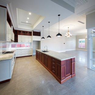 パースの中サイズのヴィクトリアン調のおしゃれなキッチン (ダブルシンク、シェーカースタイル扉のキャビネット、白いキャビネット、ライムストーンカウンター、白いキッチンパネル、サブウェイタイルのキッチンパネル) の写真